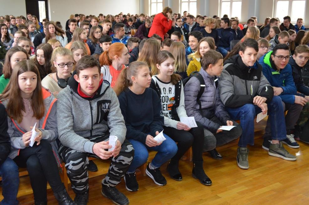 Ósmoklasiści i gimnazjaliści w Zespole Szkół w Oleszycach
